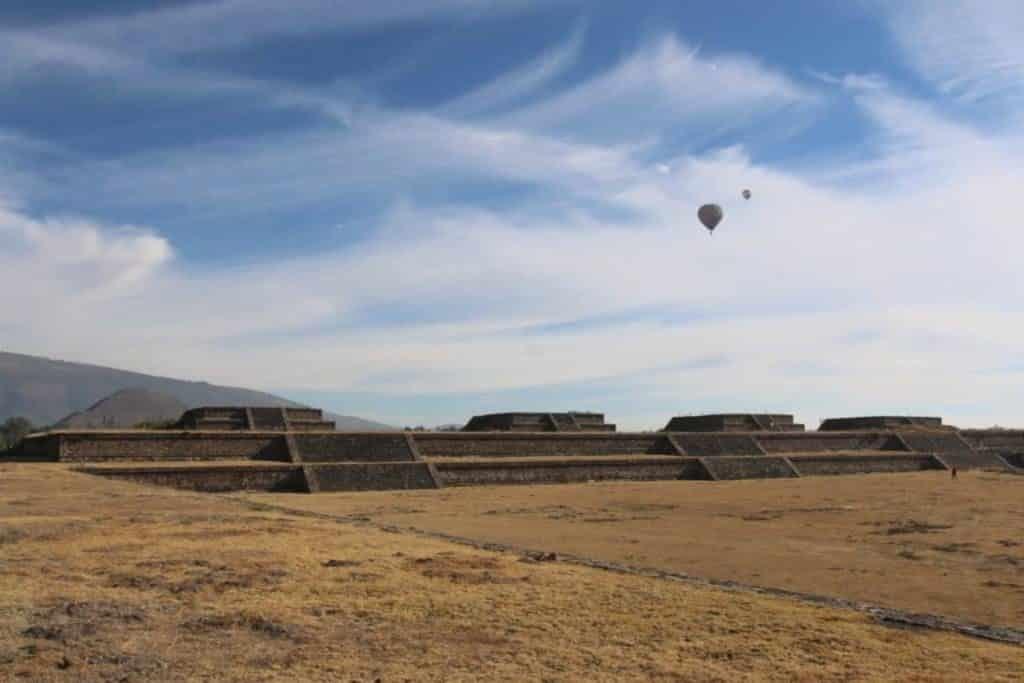 Vol de montgolfières au dessus d´un champs, que voir a mexico