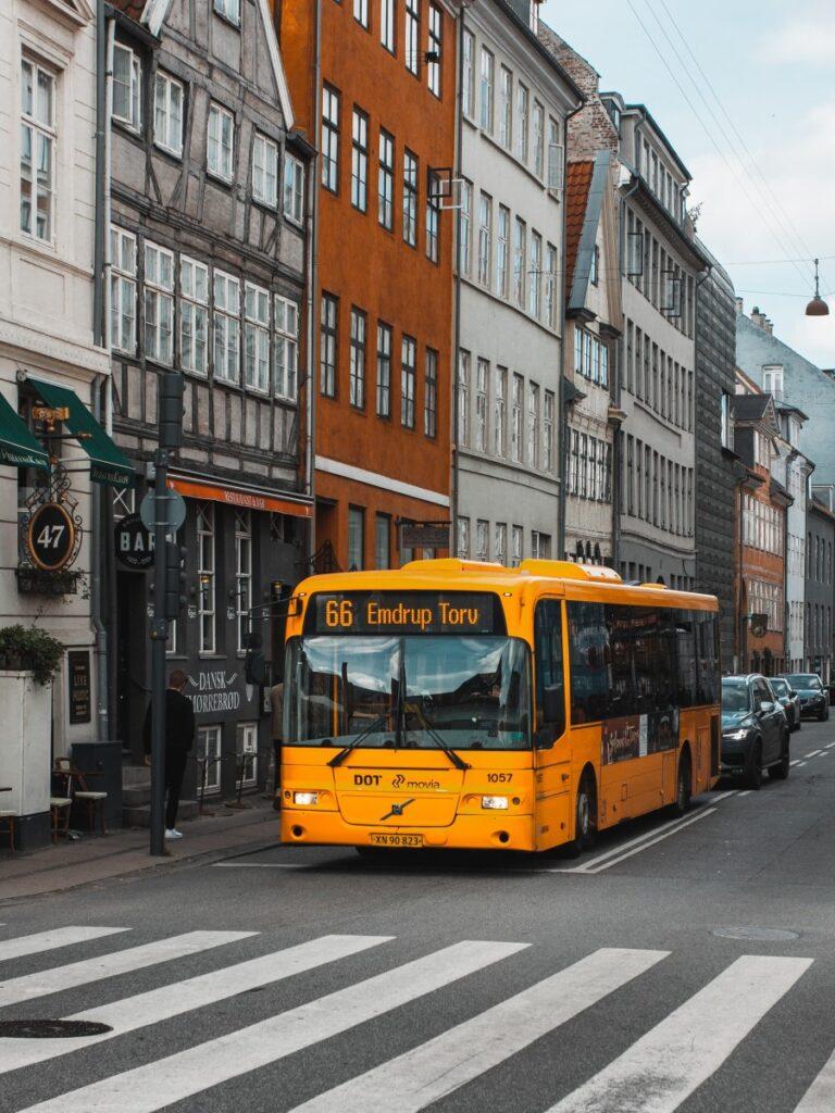 bus jaune dans la ville