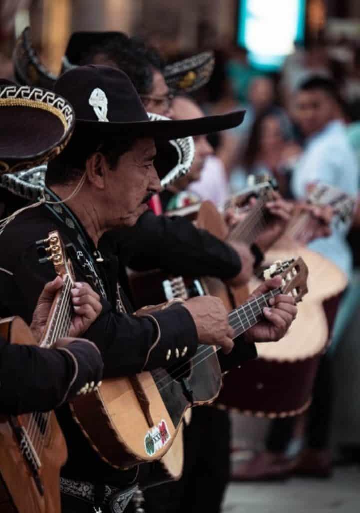 groupe de mariachis jouant de la guitare, que voir a guadalajara