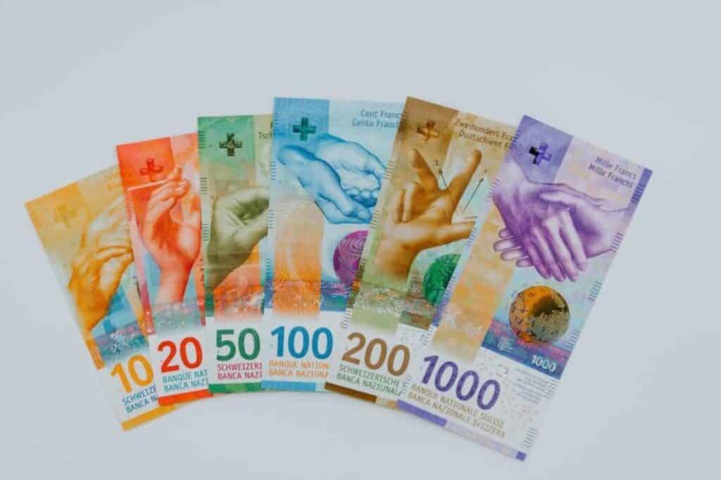 billets de 10, 20, 50, 100, 200 et 1000 francs suisse