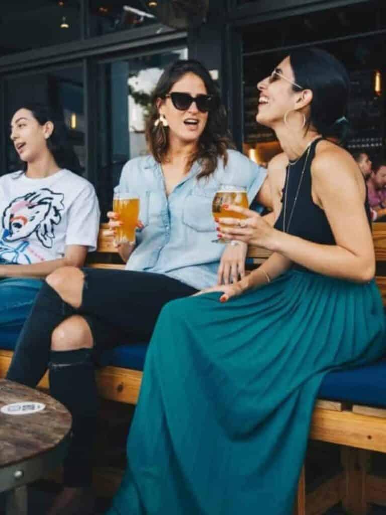 Jeunes femmes buvant de la bière, que voir a guadalajara