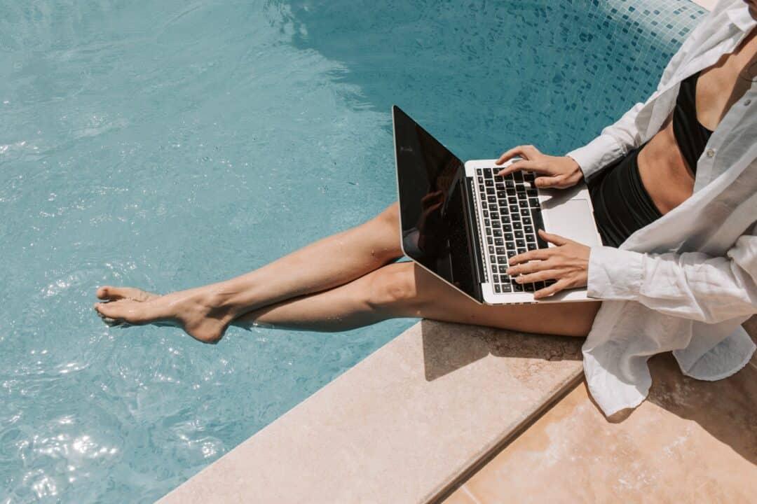 voyageuse profitant de sa connexion internet en vacances avec sa eSIM pour les États-Unis