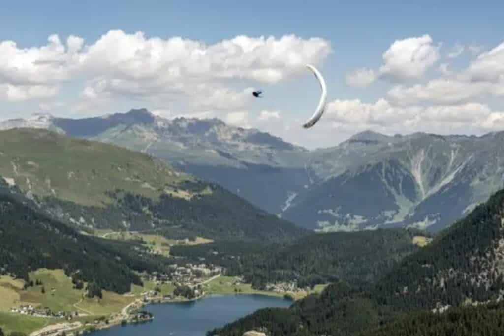 parapente au dessous de grisones en suisse