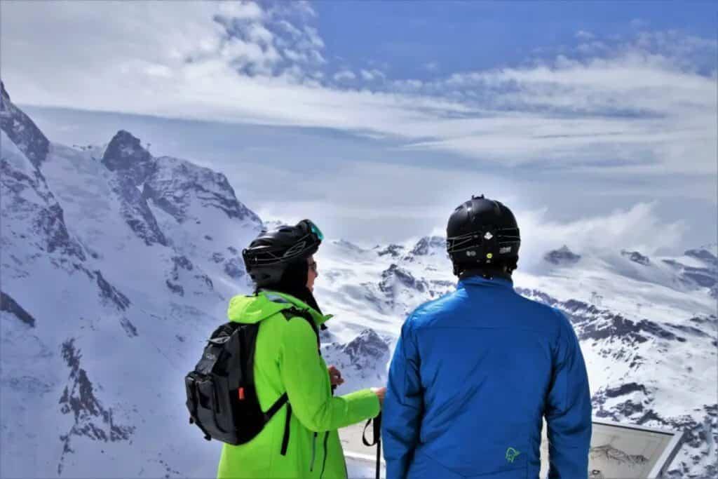 homme et une femme dans les montagne en suisse pour skier