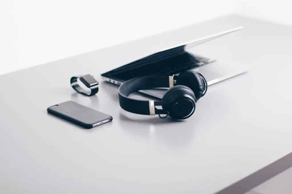 téléphone, casque, montre et ordinateur pour voyager, valise suisse