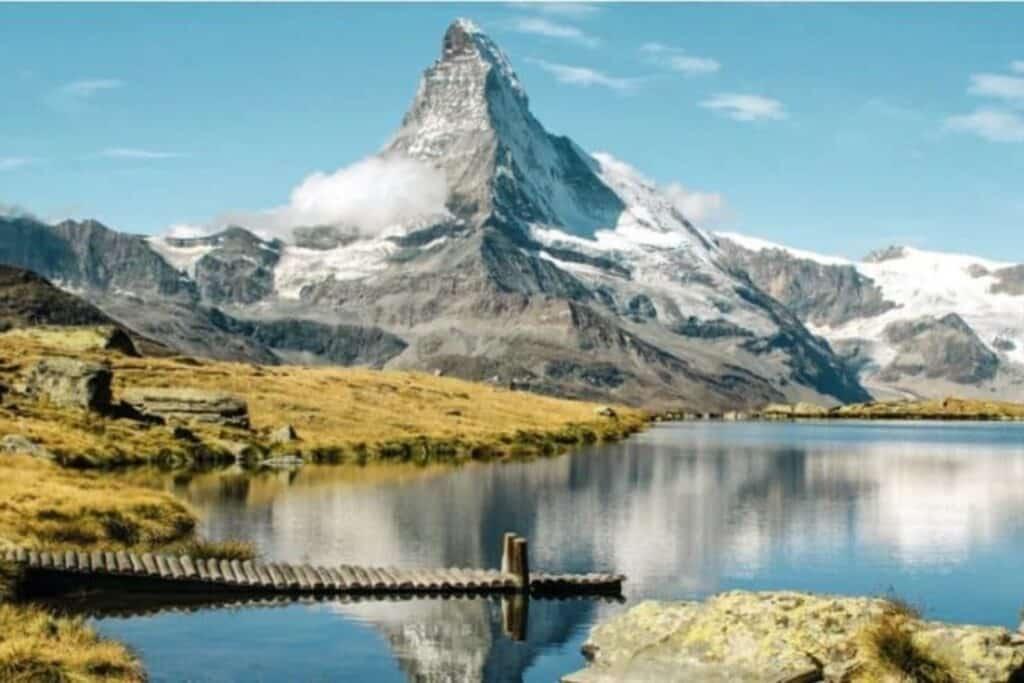 montagne face au lac en suisse