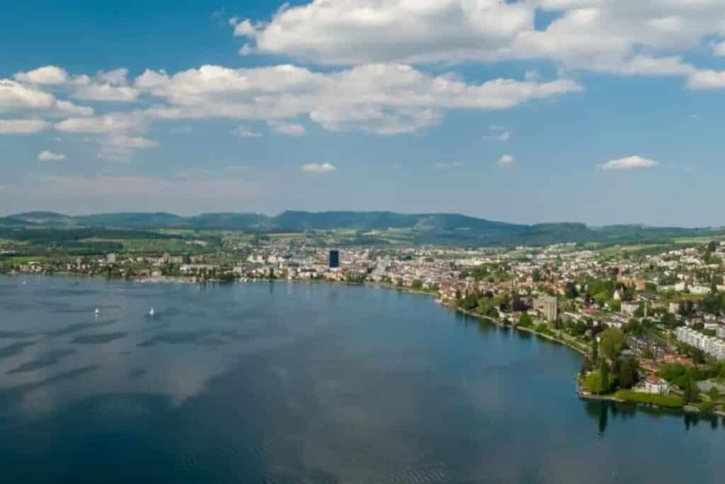 ville de zug en suisse face au lac