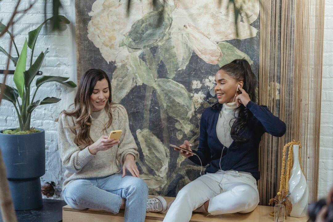 deux femmes utilisant leurs téléphones grâce à la connexion Internet
