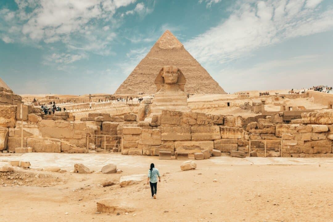 touristes visitant le sphinx en Égypte