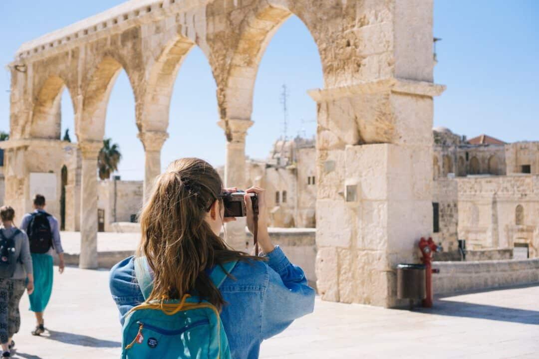 touriste connécté prenant en photo un monument en Israel